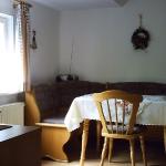 Küche mit gemütlicher Frühstücks-Ecke